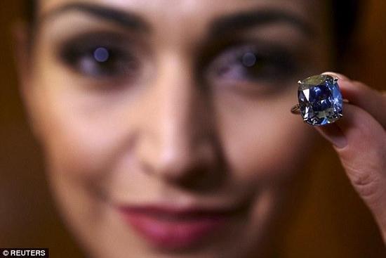 香港富商拍下約16億元台幣藍色巨鑽,再送給女兒當禮物!