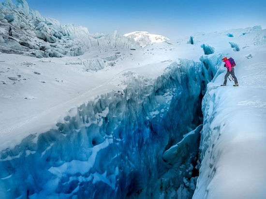 英夫婦勇闖千年冰穴,冰藍世界如夢如幻